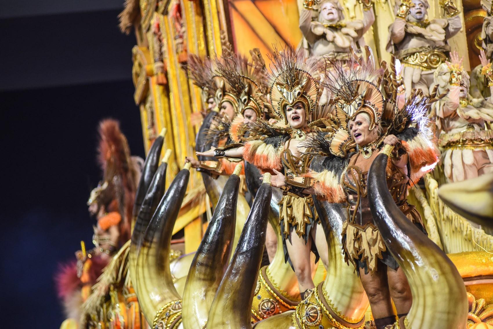 Inspirada no clássico 'Asa Branca', Dragões faz desfile vibrante sobre o Nordeste