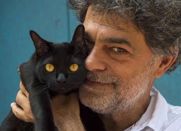 Eduardo Moscovis e um dos gatinhos intérpretes de León (Foto: Divulgação/TV Globo)
