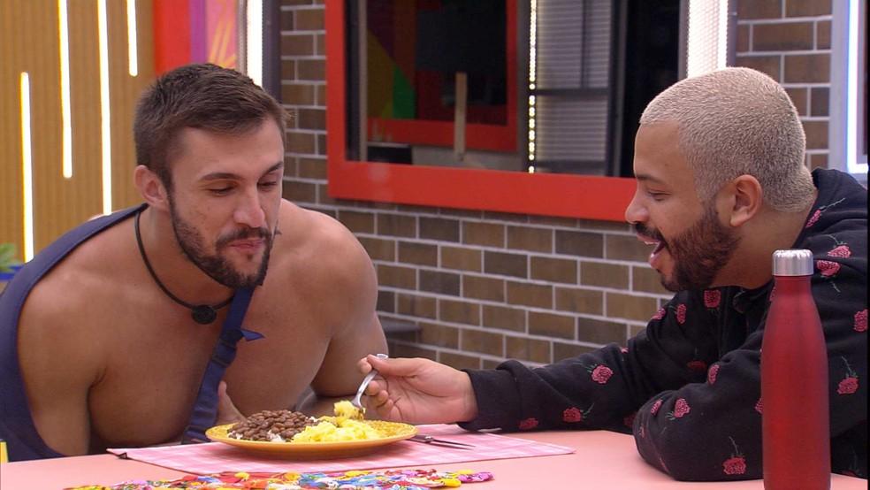 Projota faz 'aviãozinho' para Arthur durante janta na Xepa do BBB21 — Foto: Globo