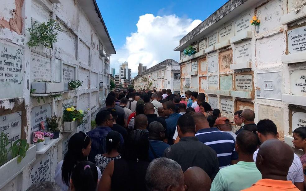 Policial militar foi enterrado no final da manhã deste domingo (Foto: Camila Oliveira/TV Bahia)