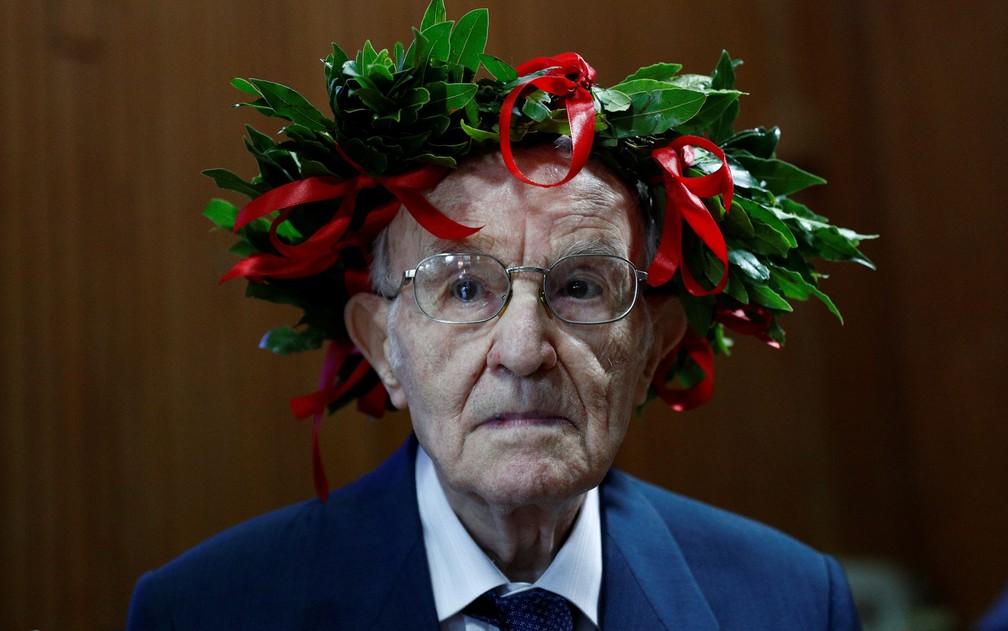GiuseppePaterno, de 96 anos, usa a tradicional coroa de louros dos formandos italianos durante sua cerimônia de graduação em filosofia na Universidade de Palermo, em 29 de julho — Foto: Reuters/Guglielmo Mangiapane