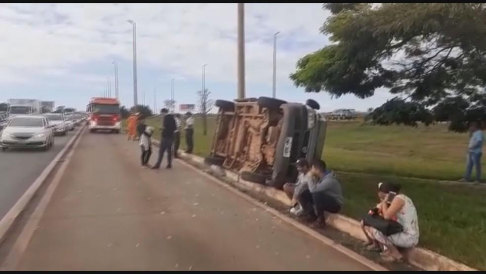 Van que transportava pacientes tombou e deixou feridos na BR 040, no DF — Foto: Corpo de Bombeiros/Divulgação