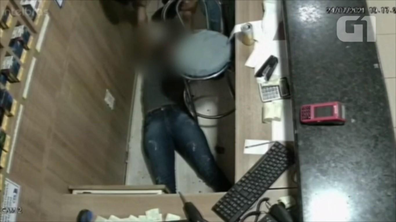 VÍDEO: Mulher desmaia após levar soco de homem em loja de Cacoal, RO