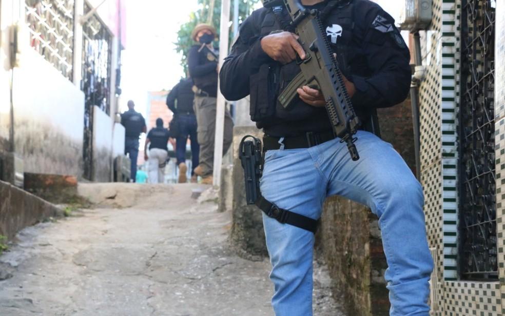 Policial civis e militares durante prisão de miliciano do Rio de Janeiro na Bahia — Foto: Divulgação / SSP-BA