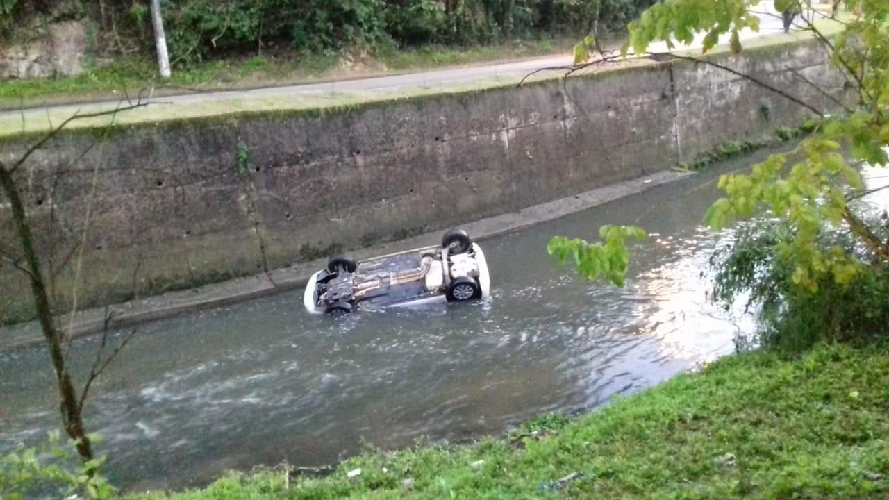 Homem e mulher ficam feridos após carro cair em rio em Petrópolis, no RJ - Notícias - Plantão Diário