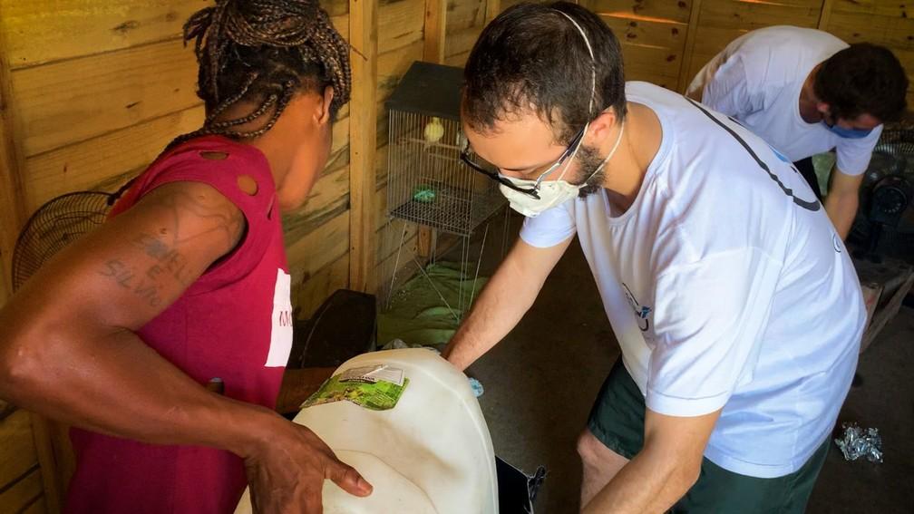 Estudante do Rio cria mochila que filtra água e oferece para moradores de Jardim Gramacho  — Foto: Divulgação/Água Camelo