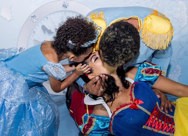 Naldo beija Ellen Cardoso em festa de aniversário de Maria Victória (Foto: Tânia Plácido)