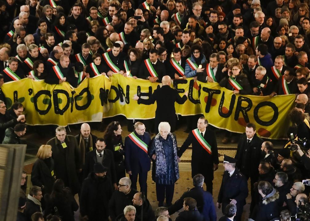 Liliana Segre foi rodeada por pessoas que se juntaram atrás de um cartaz onde se lia: 'o ódio não tem futuro'. — Foto: Luca Bruno/G1