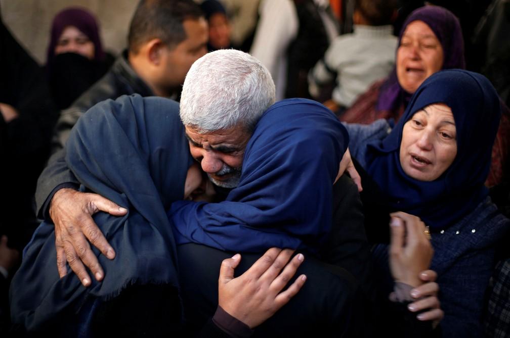Parentes de palestino morto durante funeral na Faixa de Gaza neste sábado (Foto: Suhaib Salem/Reuters)