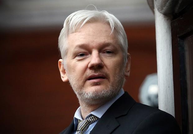 """O fundador do Wikileaks, Julian Assange, faz primeira aparição em um balcão da embaixada do Equador em Londres, onde continua asilado. Grupo da ONU julgou que sua detenção foi """"arbitrária"""" e pediu que governos da Suécia e do Reino Unido respeitem a decisã (Foto: Carl Court/Getty Images)"""