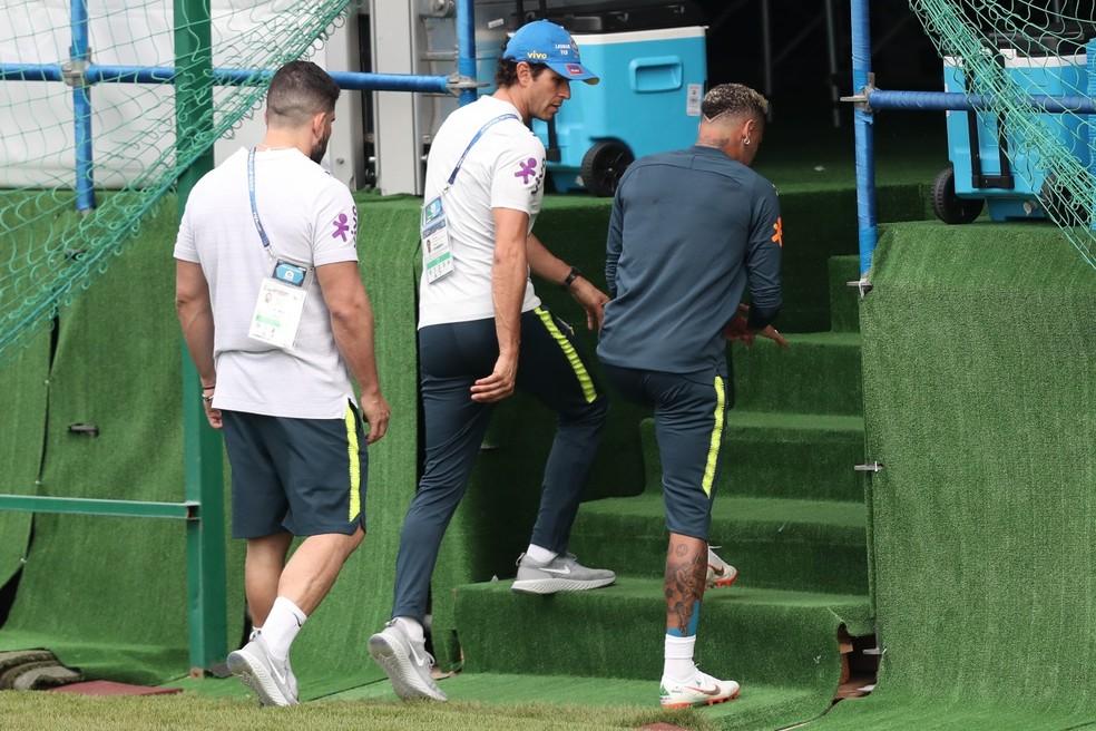 Neymar deixa campo após sentir dor no tornozelo (Foto: Mowa Press)