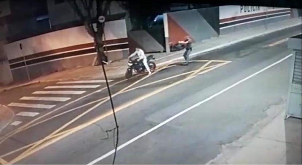 Câmeras de segurança flagram momento em que policial atira em motociclista pelas costas em São Miguel Paulista, na Zona Leste de SP — Foto: Reprodução/TV Globo