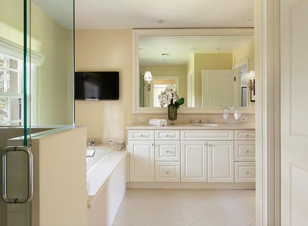 Uma televisão fica sobre a banheira para um banho relaxante (Foto: Berkshire Hathaway HomeServices/ Reprodução)