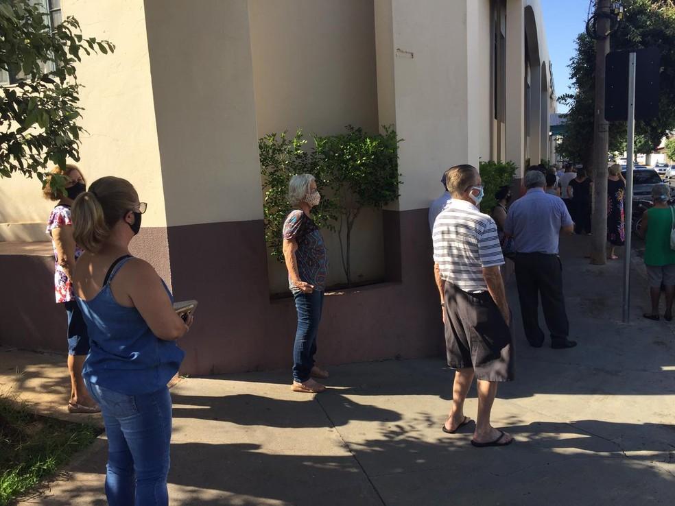Vacinação contra a Covid- 19 para pessoas de 80 a 84 anos gerou fila de 'dobrar' quarteirão — Foto: Carlos Volpi/TV Fronteira