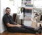 Alberto Renault e sua coleção de revistas | Camilla Maia