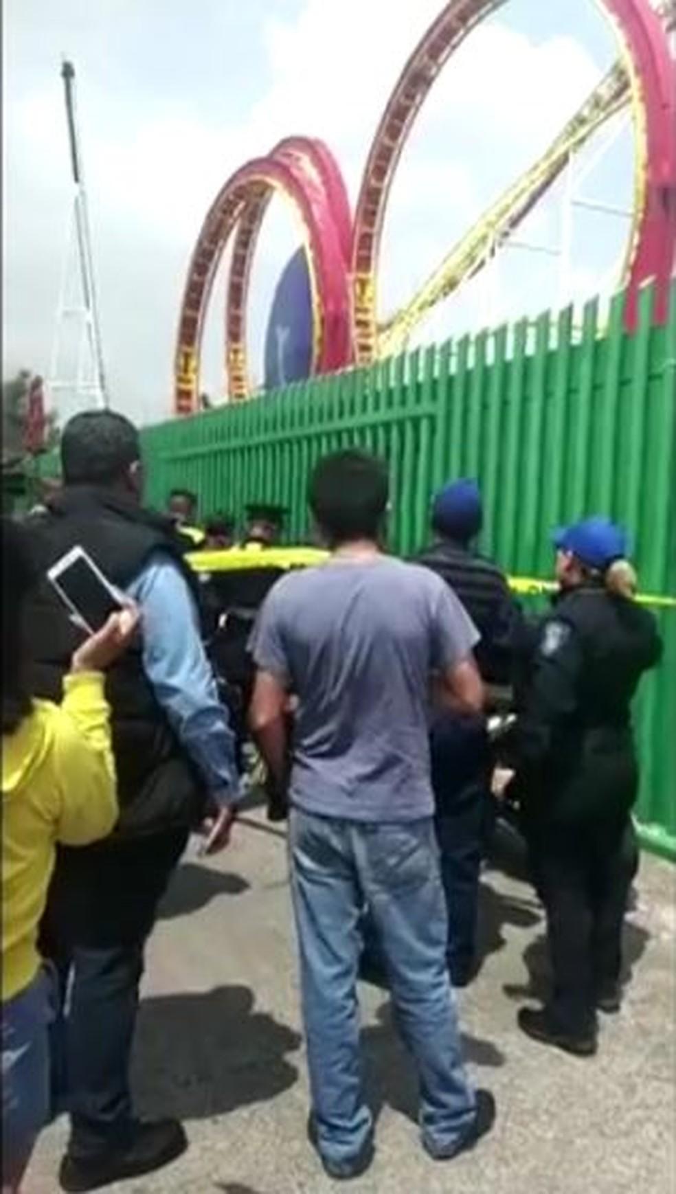 Policiais isolam local de acidente com montanha-russa no México — Foto: Vídeo obtido pela Reuters