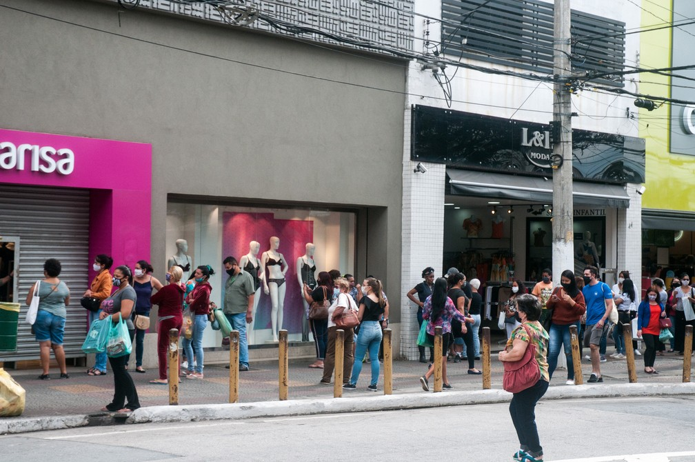 Movimento na Rua 12 de Outubro, no bairro da Lapa, na Zona Oeste da cidade de São Paulo, na manhã desta quarta-feira (10) — Foto: Roberto Costa/Código19/Estadão Conteúdo