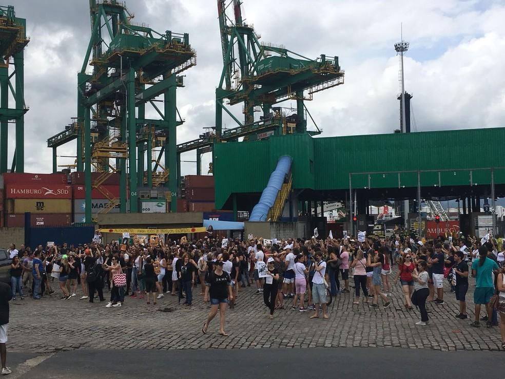 Ativistas reunidos em frente ao terminal do Porto de Santos, SP. (Foto: Renan Fiuza/G1)