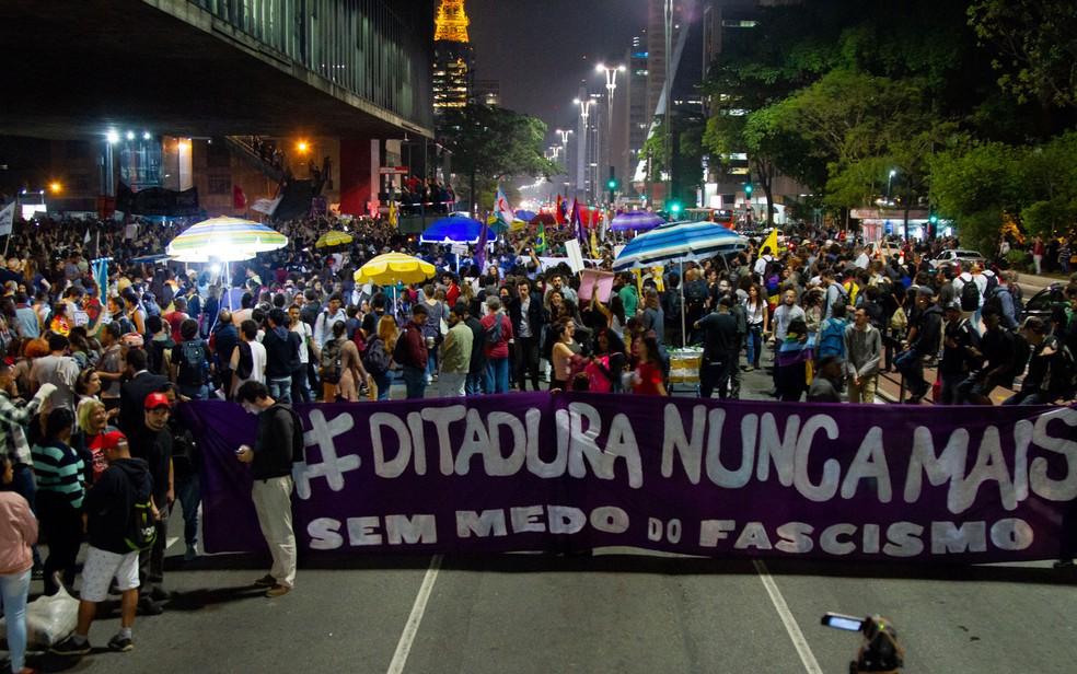Manifestantes ligados à diversos movimentos sociais realizam um protesto contra o fascismo na Avenida Paulista, em São Paulo, após concentração no vão livre do Museu de Arte de São Paulo — Foto: Kevin David/A7 Press/Estadão Conteúdo