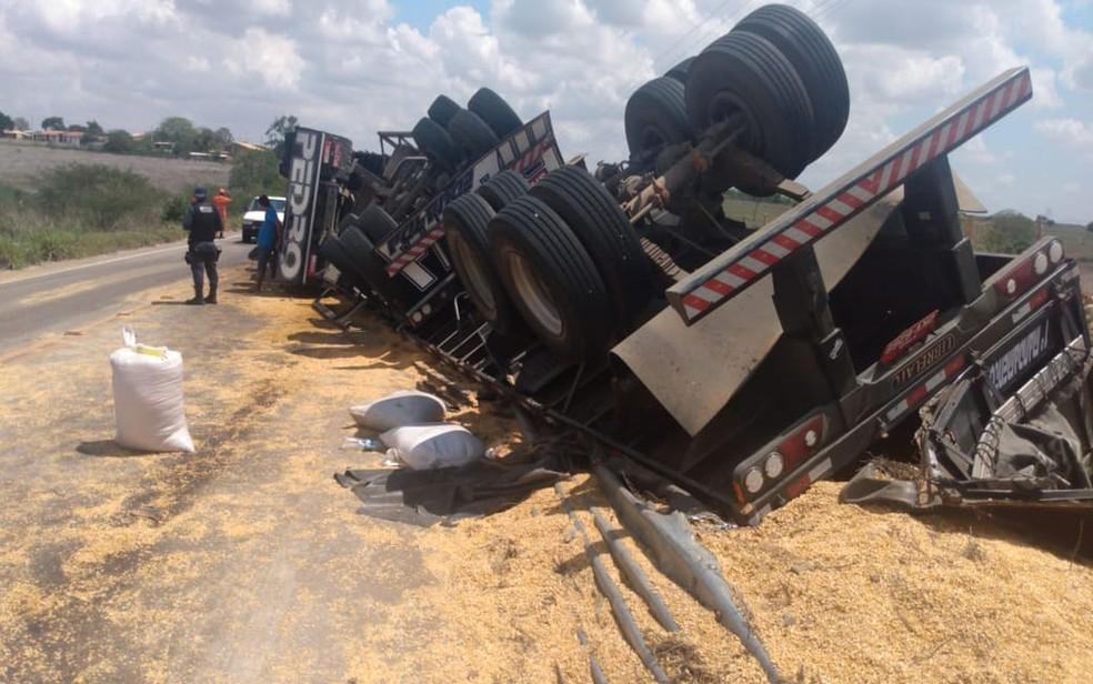 Carreta carregada de grãos tomba na SE-230 — Foto: BPRv/Divulgação