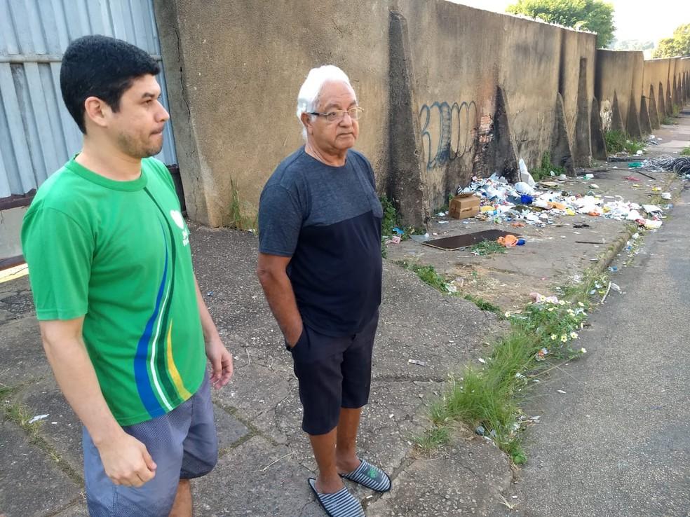 Felipe e Moacir reclamam do lixo na saída da rua onde moram, na região central de Porto Velho — Foto: Diêgo Holanda/G1