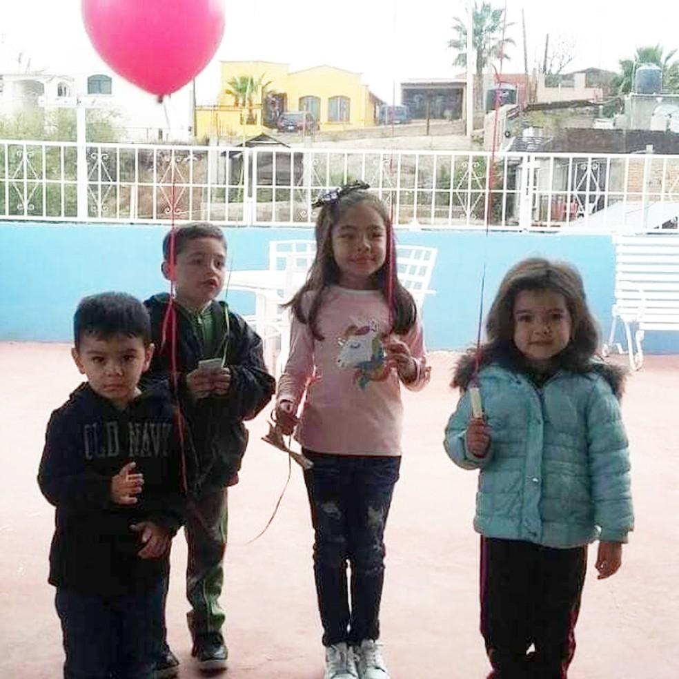 Dayami ao lado da irmã mais nova e dos primos antes de soltar o balão com pedidos ao Papai Noel — Foto: Reprodução/Facebook