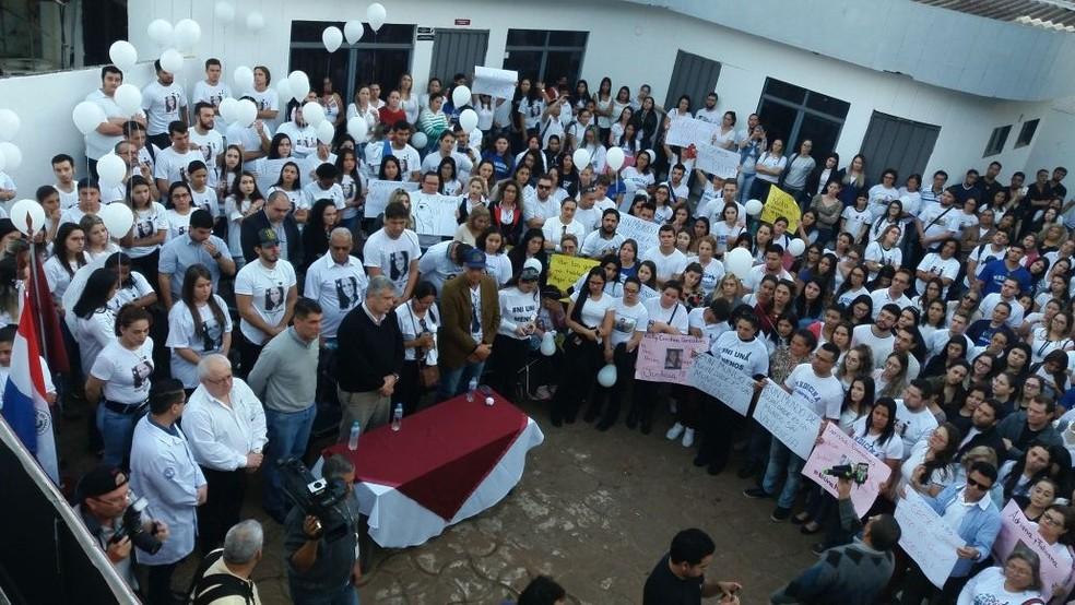 Protesto no Paraguai reuniu colegas, amigos e familiares de Erika (Foto: Arquivo Pessoal)