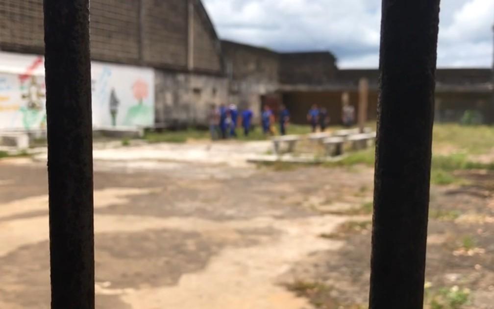 Detentos custodiados no Complexo Penitenciário da Mata Escura, em Salvador — Foto: Itana Alencar/G1 BA