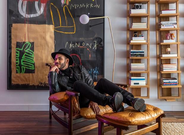 Hugo Gloss na sala de seu novo apartamento, com projeto de decoração do escritório Studio Ro+Ca (Foto: André Nazareth/Editora Globo)