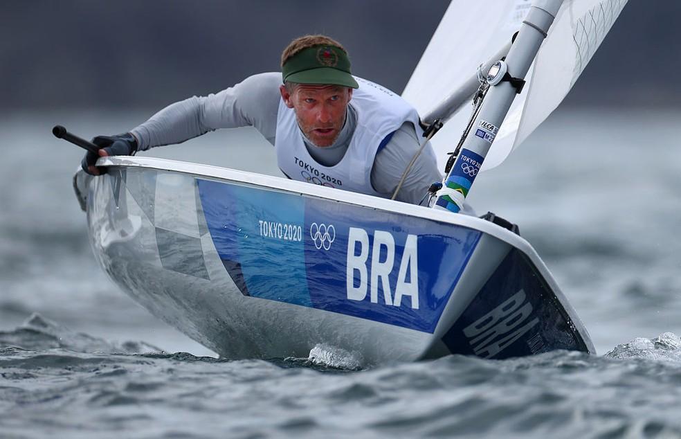 Robert Scheidt não foi bem na última regata da Laser e terminou sem medalha — Foto:  Clive Mason/Getty Images