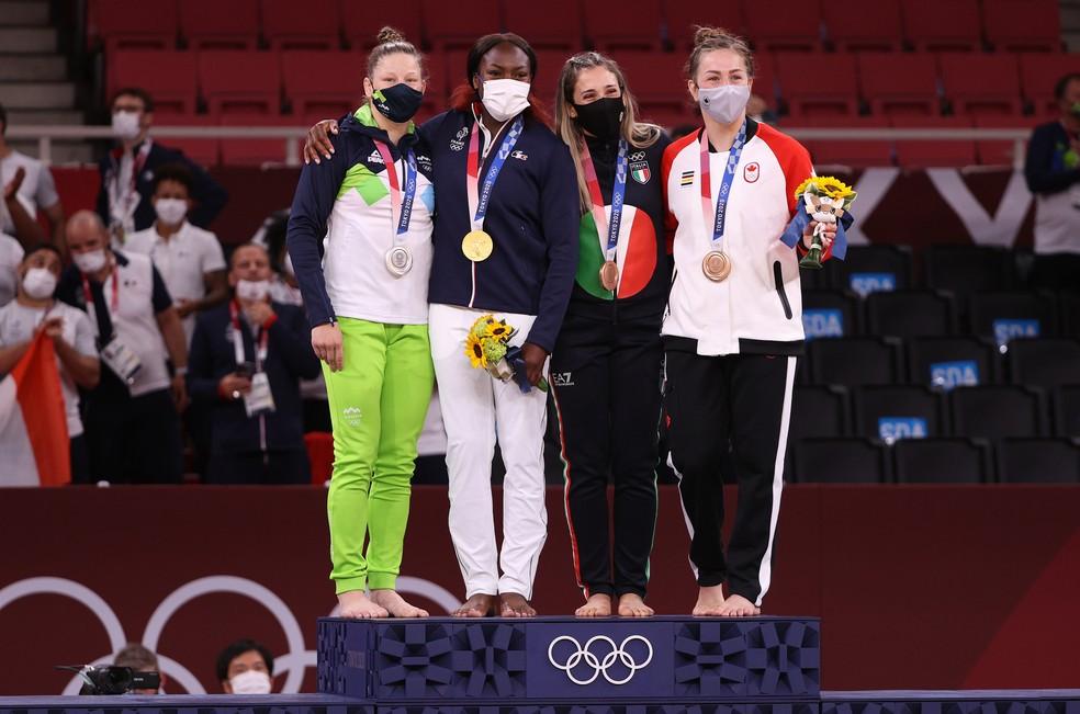 Medalhistas no judô se juntam no pódio: Clarisse Agbegnenou ficou com o ouro — Foto: Harry How/Getty Images