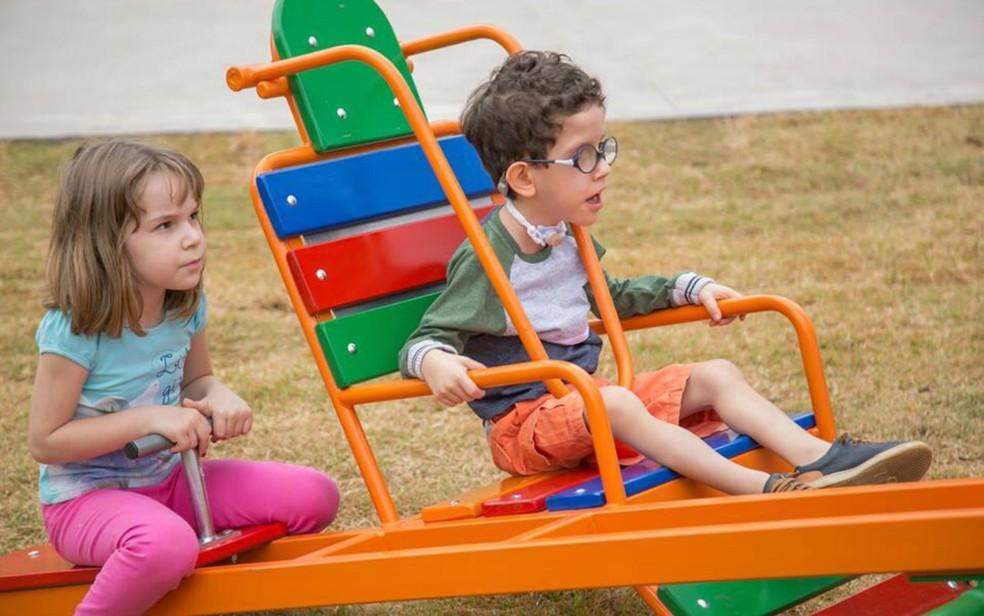 Crianças com e sem deficiência podem brincar juntas nas áreas públicas de Ribeirão Preto (SP) — Foto: Simone Meirelles/Divulgação