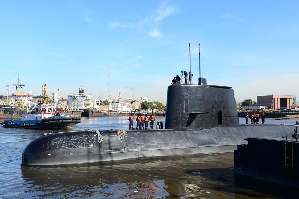 Submarino militar argentino ARA San Juan é visto deixando o porto de Buenos Aires — Foto: Armada Argentina/Handout via Reuters