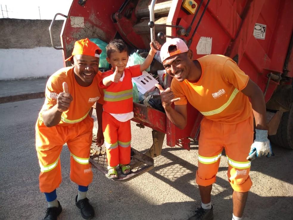 Ysaac com os amiguinhos garis no caminhão de lixo. — Foto: Letícia Carvalho/Arquivo pessoal