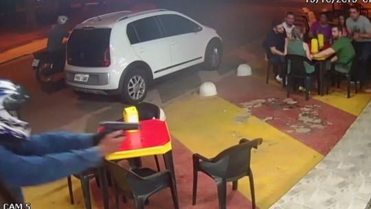 Policial troca tiros com assaltantes em lanchonete de Goiânia