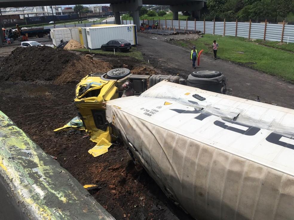 Caminhão tombou em canteiro de obras na entrada de Santos, SP — Foto: Solange Freitas/G1
