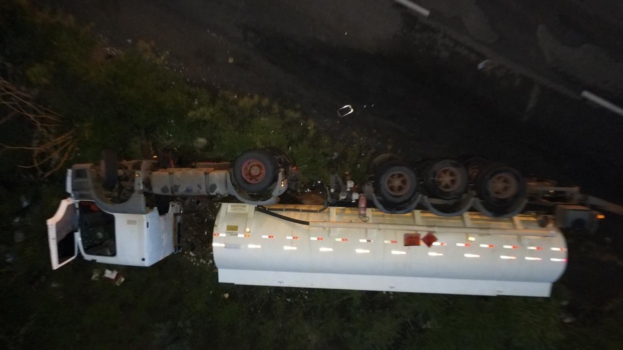 Pista é liberada após retirada de carreta carregada com etanol que tombou na MGC-497 em Uberlândia