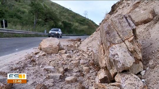 Pedras rolam e atingem uma casa e um chalé em Castelo, ES