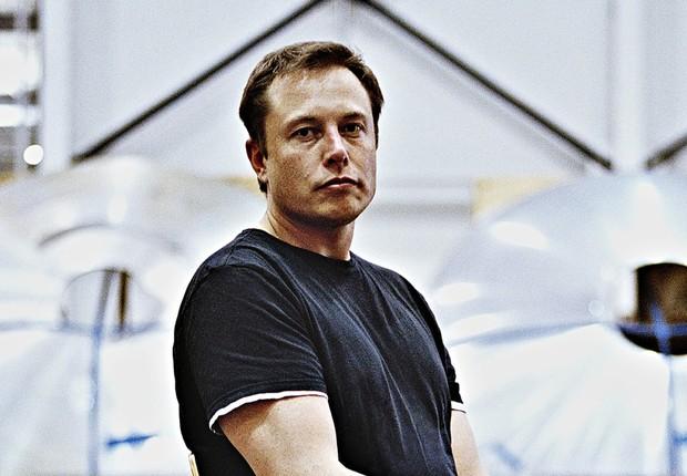 O bilionário Elon Musk na sede da Space X (Foto: Reprodução/Facebook)