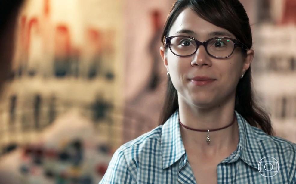 Benê (Daphne Bozaski) é chamada por Guto (Bruno Gadiol) para viajar em 'Malhação - Viva a Diferença' — Foto: Globo