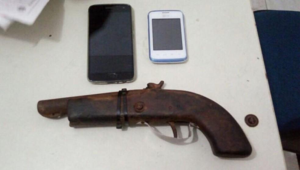 Com jovens capturados em Goiana, foram apreendidos pertences roubados e uma arma (Foto: Divulgação/PM)