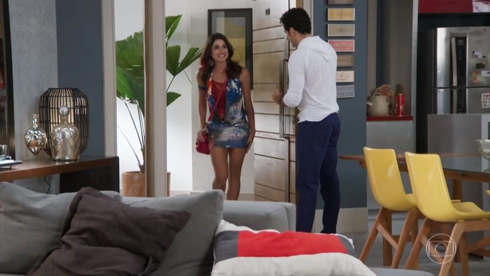 Carmela (Chandelly Braz) vai à casa de Beto (João Baldasserini) de surpresa - 'Haja Coração' — Foto: Globo