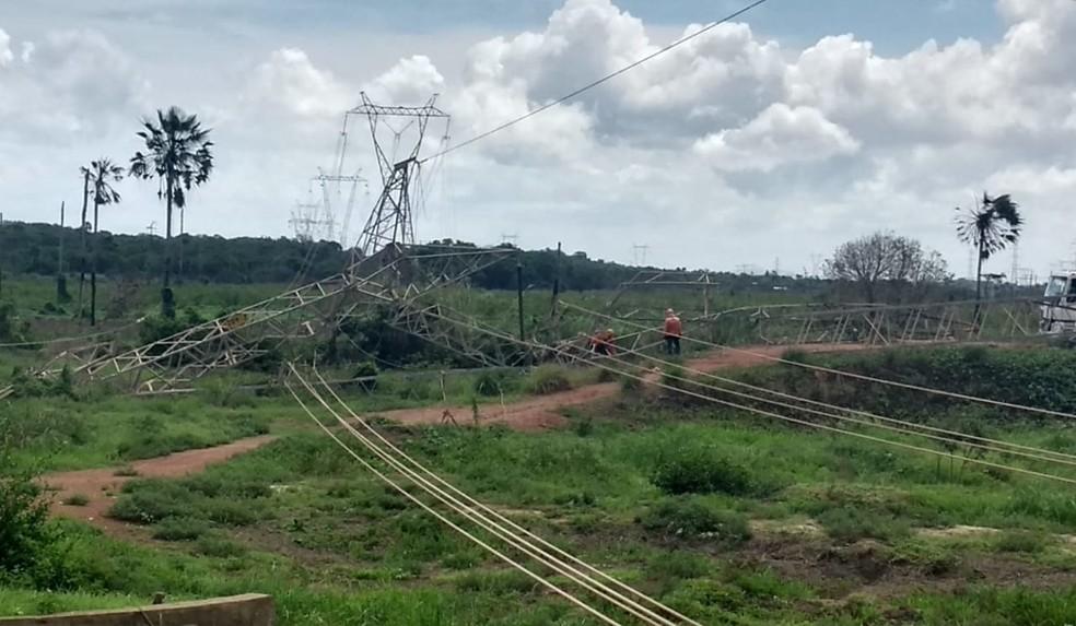 Explosão destruiu torre de distribuição de energia em Maracanaú, na Grande Fortaleza — Foto: Hermann Rabelo