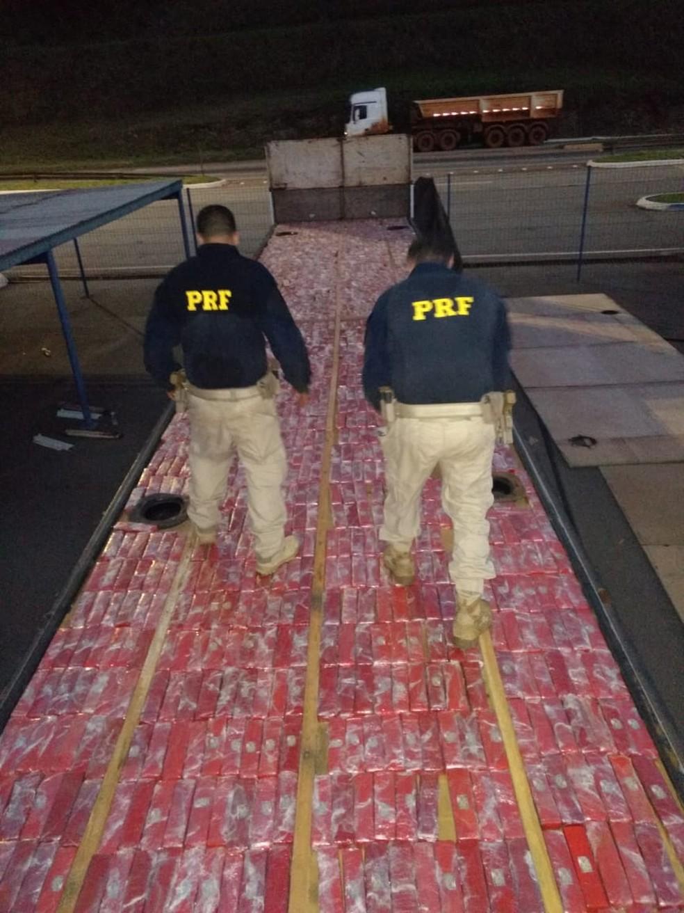 PRF apreende maconha em fundo falso de carreta — Foto: Polícia Rodoviária Federal/Divulgação