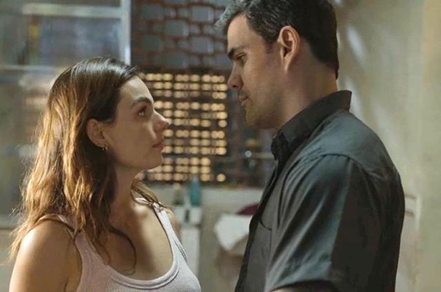 Isis Valverde e Juliano Cazarré são Betina e Magno em 'Amor de mãe' (Foto: Reprodução)