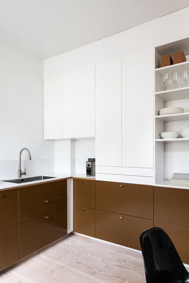 Décor do dia: cozinha contemporânea com armários marrom (Foto: Niklas Hart/Divulgação)