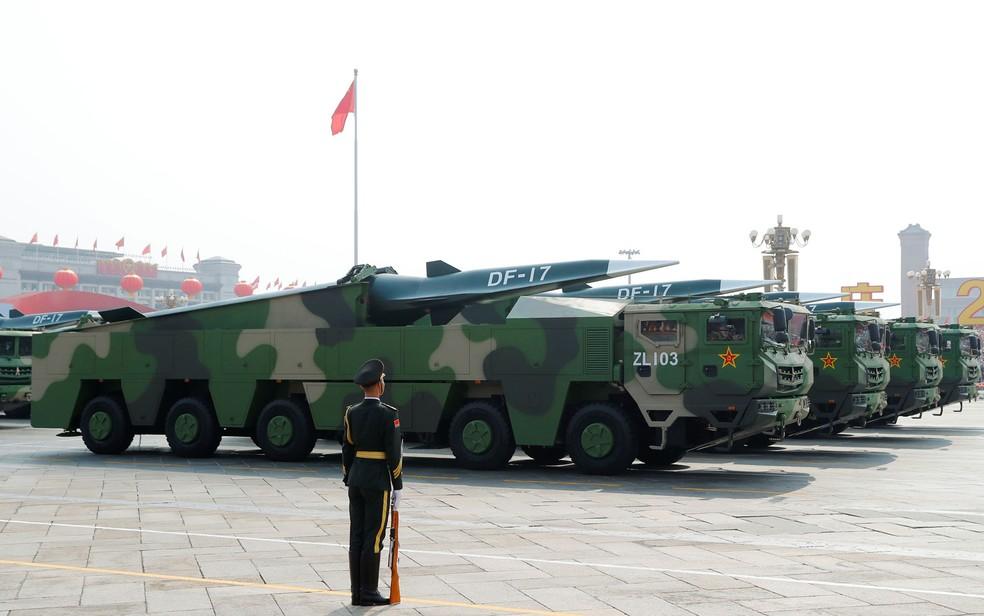 Veículos militares carregando mísseis hipersônicos DF-17 passam pela Praça da Paz Celestial durante o desfile militar que marca o 70º aniversário de fundação da República Popular da China — Foto: Thomas Peter / Reuters