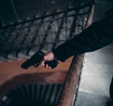 Armas em cena: saiba como cineastas evitam acidentes como o de Alec Baldwin