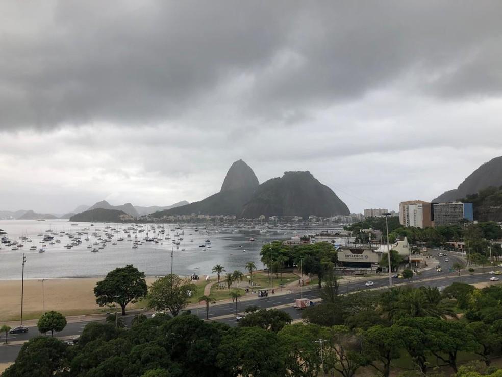 Céu encoberto sob o Pão de Açúcar e a Enseada de Botafogo — Foto: Cristina Boeckel/g1