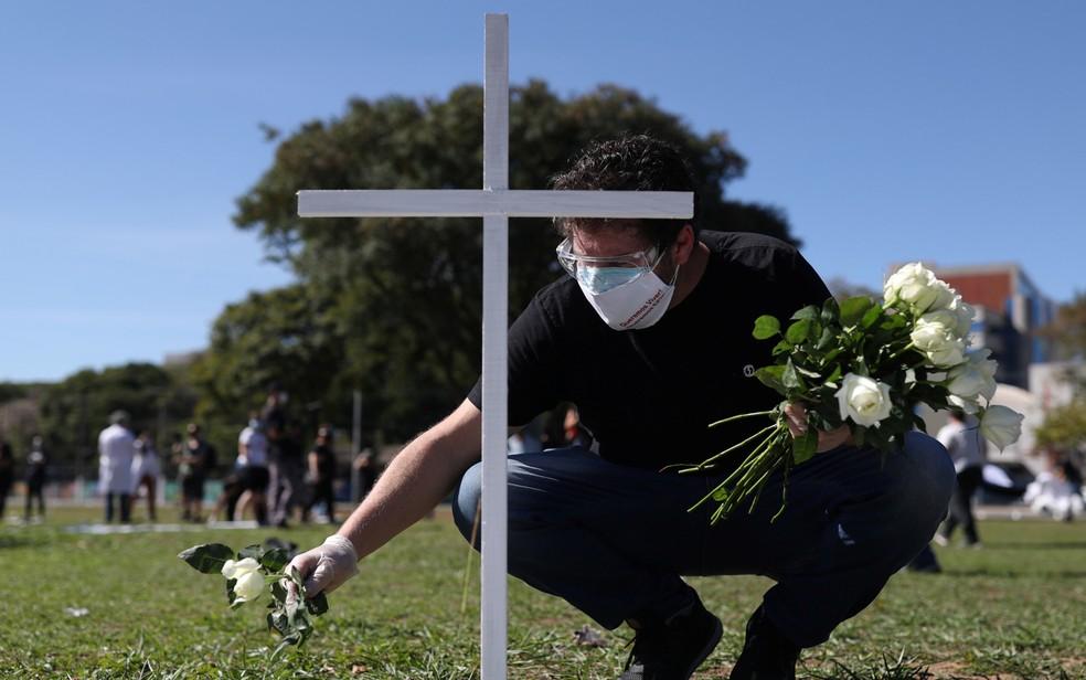 Protesto homenageia profissionais de saúde que morreram no combate ao coronavírus — Foto: Amanda Perobelli/Reuters